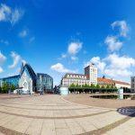 Der Augustusplatz in Leipzig mit City Hochhaus, Universität und Oper
