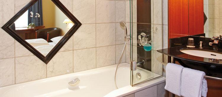 Badezimmer mit Badewanne im Standard Zimmer
