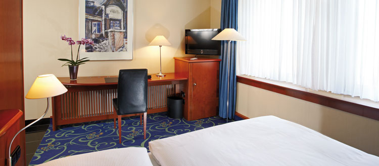 Standard Zimmer mit Schreibtisch und Loewe TV