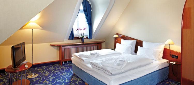 Doppelbett und Loewe TV im Superior Zimmer