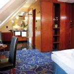 Blick in das Superior Zimmer mit Doppelbett, Schreibtisch und Bad
