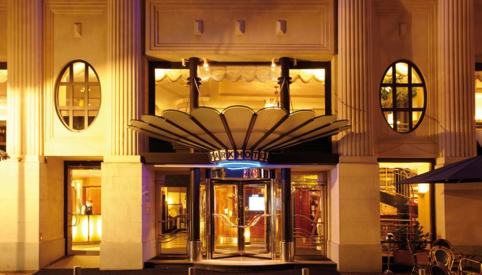 Erleuchtetes Eingangsportal des Seaside Park Hotel