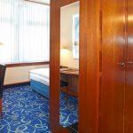 Standard Einzelzimmer mit Blick in den Schlafbereich und das Bad