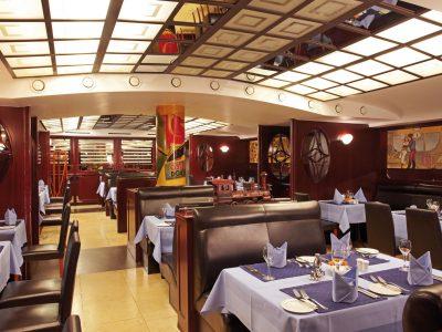 Blick in den mittleren Gastraum des Restaurants Steaktrain