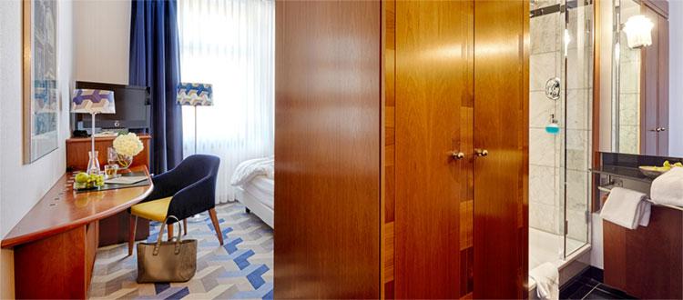Blick auf Schreibtisch und Bad im Standardzimmer