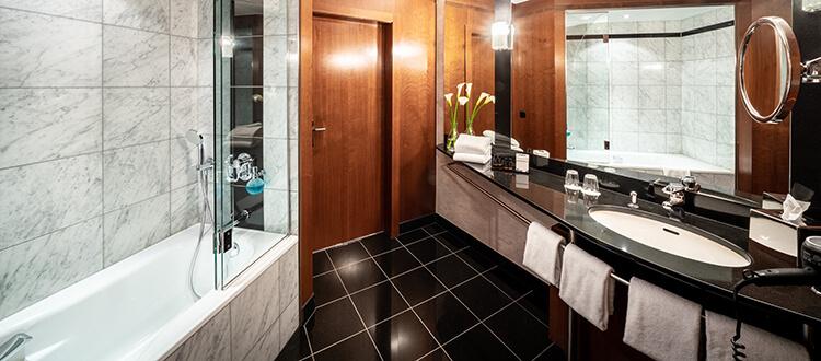 Badezimmer der Suite mit Badewanne