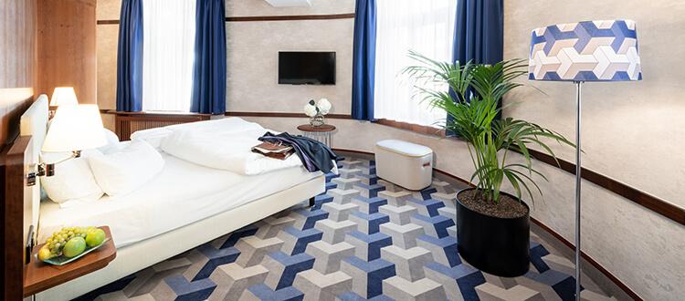 Doppelbett und TV in der Suite